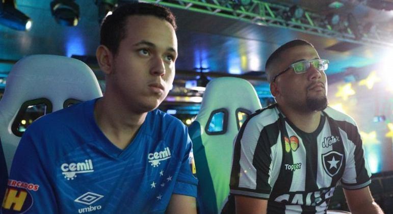 Cláudio Mesquita, mais conhecido como ''Henryquinho', foi bicampeão do eBrasileirão, competição organizada pela CBF, e é um dos principais jogadores de PES em território nacional.