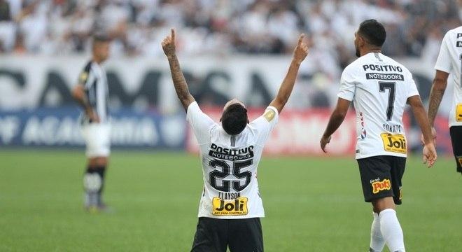 Clayson comemora o segundo gol do Corinthians na vitória sobre o Santos
