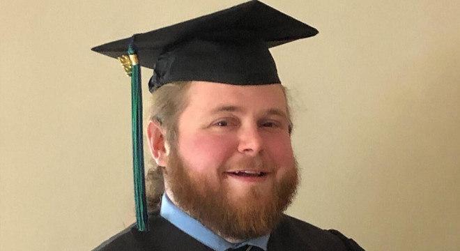 Clayton Ward, motorista de ônibus escolar, inspirou-se nos estudantes que transportava, voltou a estudar e conseguiu se formar