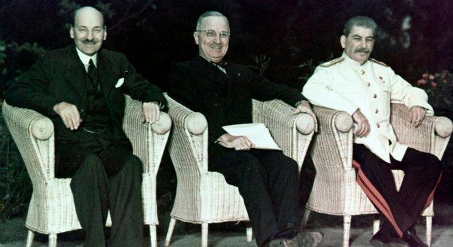 Clement Attlee, Harry Truman e Joseph Stálin em Potsdam; segunda conferência do pós-guerra tinha líderes — e clima — diferentes