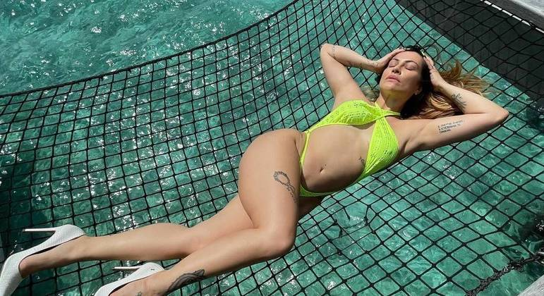 Cleo posou de biquíni e salto alto em rede de resort nas Ilhas Maldivas