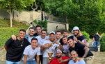 A comemoração só parou no dia seguinte e na casa do Neymar. Ele ofereceu um almoço no sábado de sol para todos os companheiros do time e família