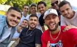 Pelas fotos, é um encontro de amigos, mas esta pode ser considerada a panela de Neymar... Marquinhos, Mbappé, Mauro Icardi, Verrati, Leo Paredes, Di Maria, Navas... No Instagram, Paredes disse: 'Na guerra com essa equipe'