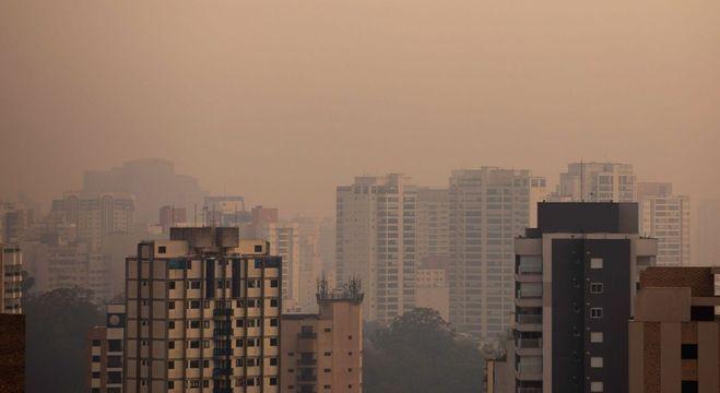 Amanhecer em meio à névoa e poluição na manhã deste sábado (19)