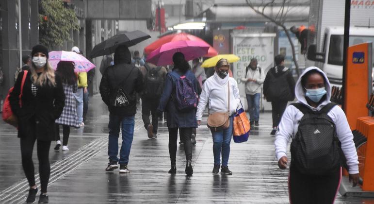 Tempo em São Paulo permanece fechado com condições de garoa na capital neste sábado (14)