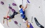 Na boulder, os atletas devem escalar uma parede de 4,5m em 4 minutos. O detalhe que traz a grande dificuldade dessa categoria é a rota que eles devem realizar, com pedras de apoio bastante pequenas e saliências nas parede, alterando o ângulo e fazendo com que o competidor tenha que pensar cuidadosamente em cada pegada que irá realizar durante a escalada, para que consiga superar seu oponente. Nessa categoria é permitido cair e recomeçar o trajeto