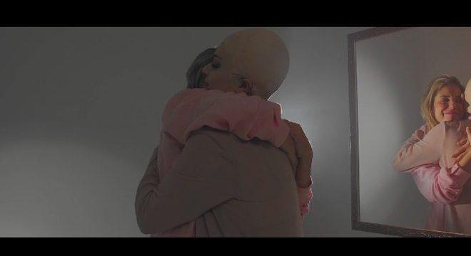 """""""Começar de Novo"""": veja o belo novo clipe de Juca Chuquer em homenagem à luta contra o câncer"""