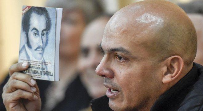 O ex-militar Clíver Alcalá era leal a Hugo Chávez, mas criticou Nicolás Maduro