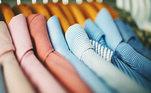 Use cabides e gavetas:para guardar seus casacos, jaquetas, calças e saias, vestidos, macacão, prefira os cabides. Para evitar pó e mofo, é indicado cobrir as peças que não usará na estação com capas protetoras. Evitar plástico.As gavetas também são ótimas para organizar suas peças. Dobrando em formato de rolinho, caberá diversas blusas e suéteres, e o melhor é que ao abri-la será mais fácil encontrar a peça que deseja. Além dos suéteres, você consegue guardar pulôveres e moletons