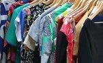 Evite sacos plásticos:aposte nos sacos de TNT, além de ser mais benéfico para suas roupas, ele tem uma durabilidade maior, permite que as roupas respirem e também não impactam o meio ambiente como plástico