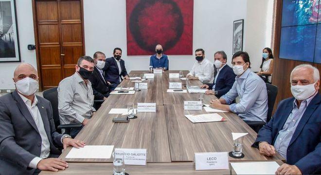 Por retomada na segunda, dirigentes se reúnem com prefeito de SP