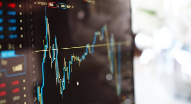 Gráficos avançados e cotações em tempo real são fundamentais para o investidor