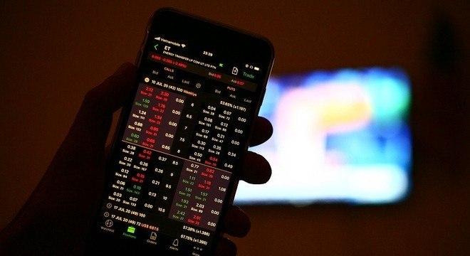 Mercados iniciam semana de olho em reaceleração de casos da covid
