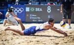Ainda no vôlei de praia, oatleta Alvaro Filho, da dupla com Alison, mergulha para defender contra a duplaargentina Julian Azaad e Nicolas Capogrosso. Deu Brasil!