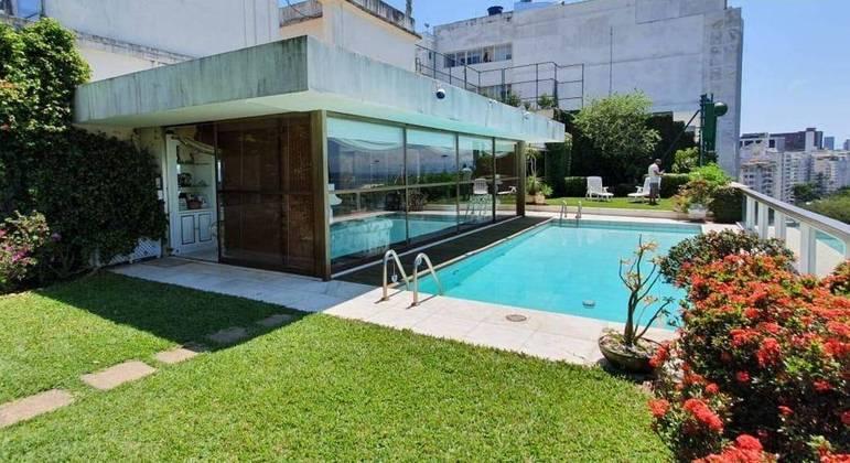 Imóvel tem piscina com jardim
