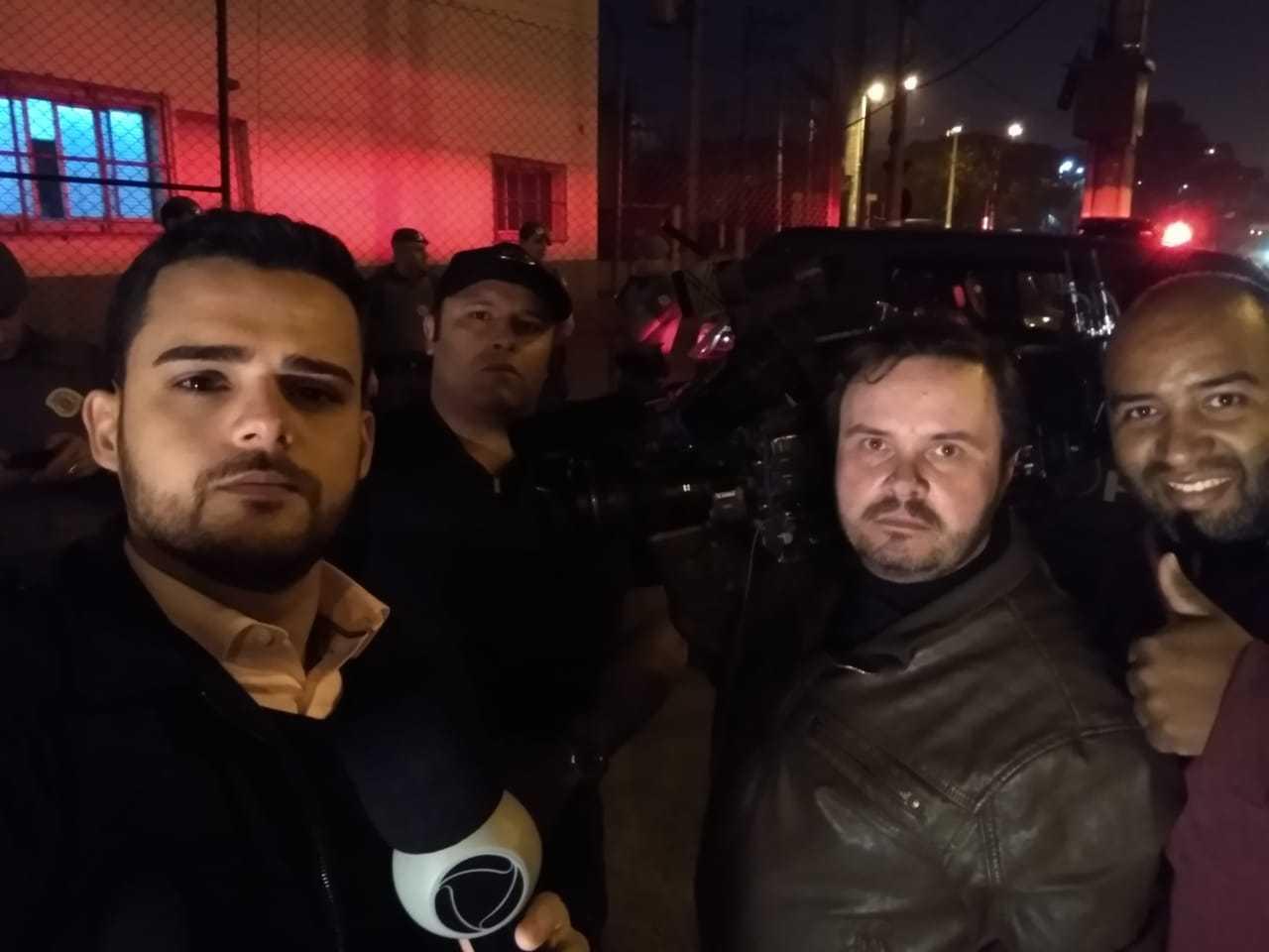 À direita, Ricardo Bonifácio, repórter cinematográfico,  e Eduardo Alves, auxiliar