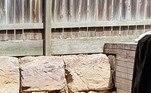 A foto é uma cobra marrom oriental, que resolveu se esconder tranquilamente na fissura de uma pedra no quintal de uma casa em Queensland. Segundo a publicação, a foto foi tirada em meados de dezembroLEIA TAMBÉM:Maradona é visto em mancha de umidade, mas pode ser Trump