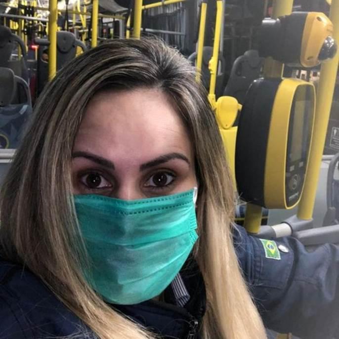 Cobradora de ônibus Márcia Cristina Chaves Lima passa o dia com luvas e máscaras por medo de coronavírus