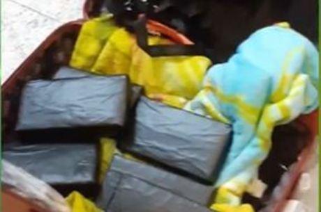 Cocaína em tijolos encontrados dentro da bagagem