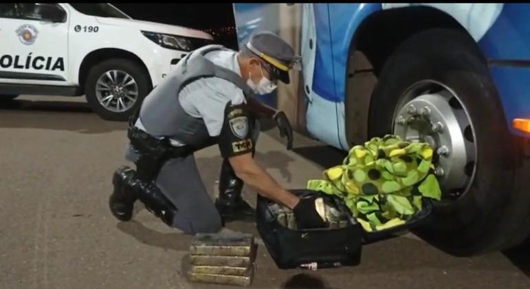 Militares notaram nervosismo da mulher durante a abordagem e pediram para revistar a mala
