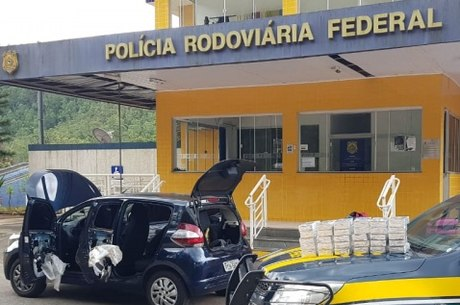 Cocaína foi encontrada no estofado do carro