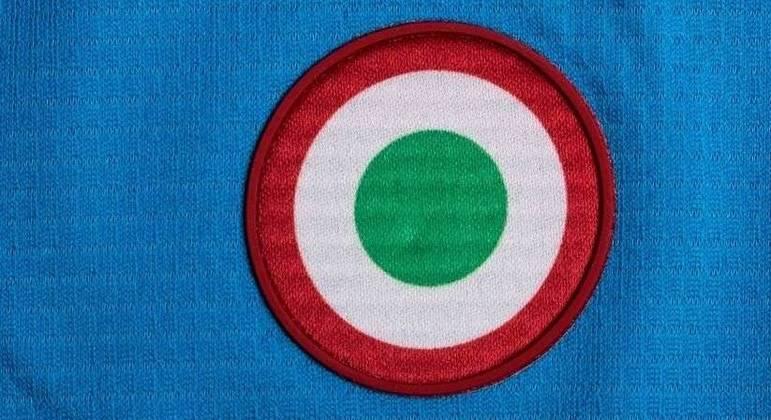 """A """"Coccarda"""" de campeão da Copa Itália, costurada na camisa do Napoli"""
