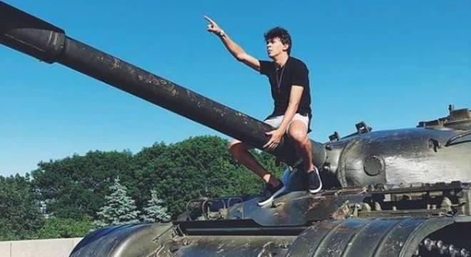 O youtuber Júlio Cocielo em uma de suas viagens pelo mundo