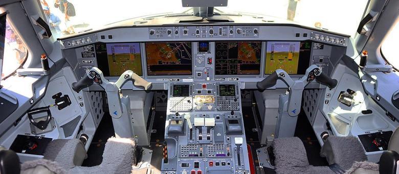 Cabine de comando do novo Embraer E195- E2 entregue pela Embraer para a Azul