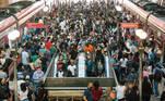 SP - CORONAVÍRUS/SP/LOCKDOWN/TRANSPORTES - GERAL SP - CORONAVÍRUS/SP/LOCKDOWN/TRANSPORTES - GERAL - Aglomeração de passageiros na plataforma da Estação Luz da CPTM, no centro da capital paulista, na manhã desta terça-feira, 02. De acordo com informações desta segunda-feira, 1º, o estado de São Paulo atingiu um novo recorde de internações por Covid-19. A presença da P.1, variante brasileira do novo coronavírus, é um dos fatores que influenciam a piora da pandemia no estado de São Paulo, segundo Jean Gorichteyn, secretário estadual da Saúde. Mas ele também ressaltou que a população deve mudar seu comportamento.   Foto: ROBERTO COSTA/CÓDIGO19/ESTADÃO CONTEÚDO CDG20210302021 - 02/03/2021 - 08:57     SP - CORONAVÍRUS/SP/LOCKDOWN/TRANSPORTES - GERAL SP - CORONAVÍRUS/SP/LOCKDOWN/TRANSPORTES - GERAL - Aglomeração de passageiros na plataforma da Estação Luz da CPTM, no centro da capital paulista, na manhã desta terça-feira, 02. De acordo com informações desta segunda-feira, 1º, o estado de São Paulo atingiu um novo recorde de internações por Covid-19. A presença da P.1, variante brasileira do novo coronavírus, é um dos fatores que influenciam a piora da pandemia no estado de São Paulo, segundo Jean Gorichteyn, secretário estadual da Saúde. Mas ele também ressaltou que a população deve mudar seu comportamento.   Foto: ROBERTO COSTA/CÓDIGO19/ESTADÃO CONTEÚDO CDG20210302014 - 02/03/2021 - 08:57      SP - CORONAVÍRUS/SP/PROFESSORES - GERAL SP - CORONAVÍRUS/SP/PROFESSORES - GERAL - Vista do prédio do Centro Educacional Unificado (CEU) Perus, que está fechado na manhã desta terça-feira, 02, com cartazes de protesto dos professores municipais. O CEU Perus, localizado na zona noroeste da cidade de São Paulo, está fechado após um caso confirmado e outros suspeitos de Covid-19.   Foto: ROBERTO COSTA/CÓDIGO19/ESTADÃO CONTEÚDO CDG20210302027 - 02/03/2021 - 09:22