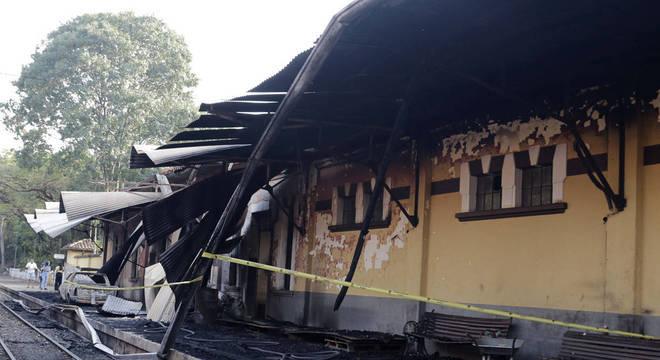 Incêndio atingiu estrutura externa da Estação Carlos Gomes e uma locomotiva