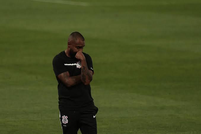 Coelho outra vez não conseguiu montar uma equipe ofensiva. Corinthians sonolento