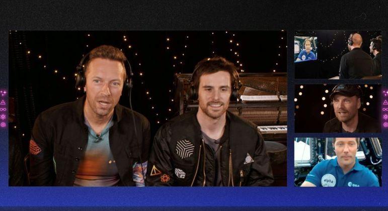 Integrantes do Coldplay conversam com astronauta francês