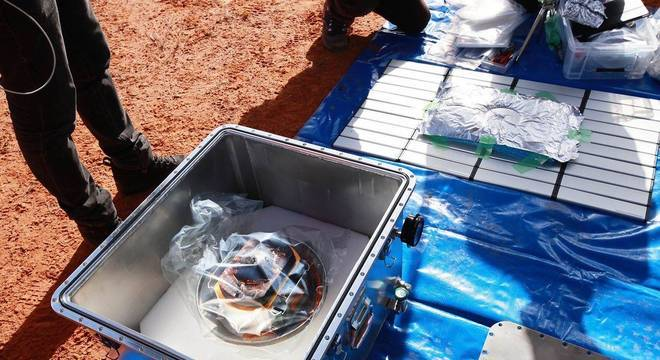 Coleta da cápsula da sonda japonesa Hayabusa 2, solta em um deserto australiano