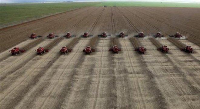 Trabalho em silos se intensifica no período de colheita de grãos; em 2017, safra atingiu níveis recordes