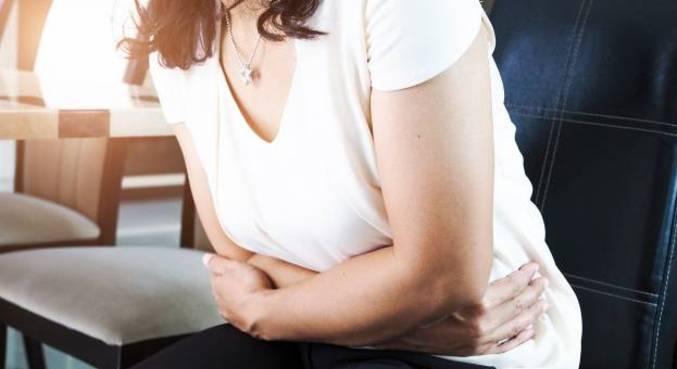 Cólica intensa pode ser sintoma da doença, que afeta 1 em cada 10 mulheres