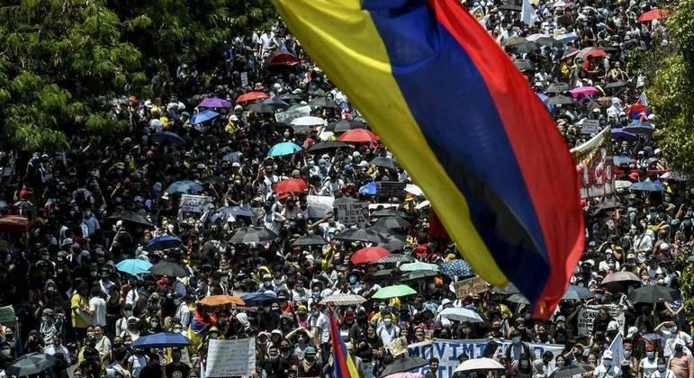 Milhares de colombianos foram às ruas de Bogotá e outras cidades em mais um dia de protestos