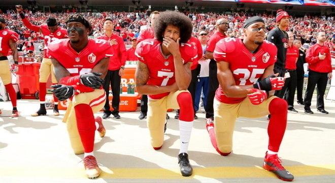Kaepernick protestava contra racismo e a violência policial, se ajoelhando no hino