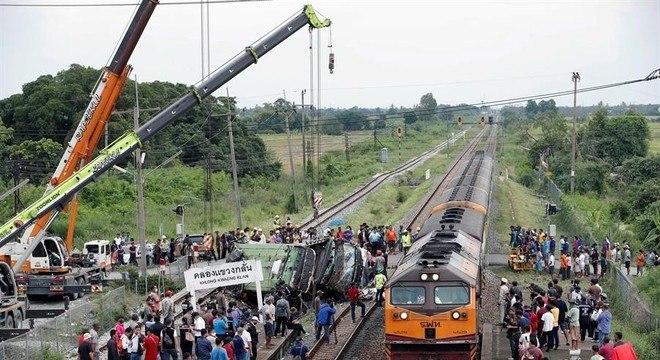 Colisão entre trem e ônibus deixa pelo menos 18 mortos na Tailândia
