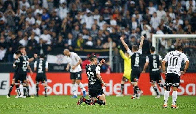 Corinthians 2 x 1 Colo-Colo-CHI (2018) - Em 2018, nas oitavas de final, a história foi bem parecida com a desta quarta-feira, já que a eliminação veio com uma vitória por 2 a 1 para cima do Colo-Colo. No jogo de ida, o Alvinegro tinha sido derrotado também por 1 a 0