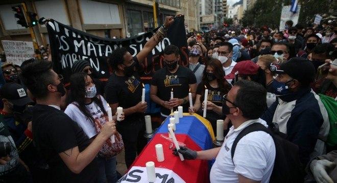 Manifestantes usam caixão para protestar contra mortes por violência policial