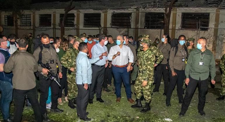 O presidente colombiano Iván Duque visitou o local do atentado na noite de terça