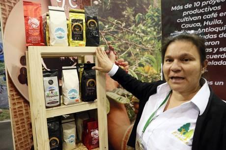 Ex-guerrilheiros plantam café após acordo de paz