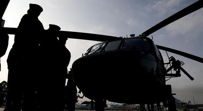 Helicóptero militar caiu perto da fronteira com o Brasil, com 17 pessoas a bordo