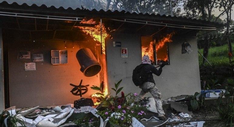 Um grupo de manifestantes incendiou  um posto de pedágio em Medellín