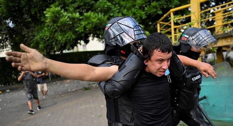 Polícia reprimiu protestos em Cali, no sudoeste da Colômbia