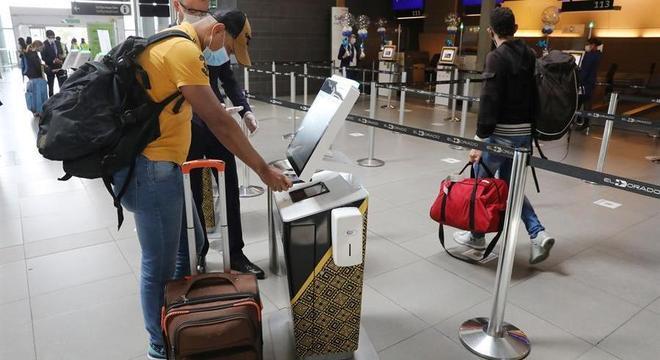 Passageiro faz procedimento para embarcar na reabertura em aeroporto na Colômbia
