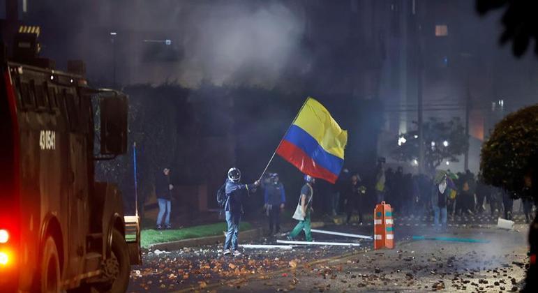 Colômbia tem protestos violentos contra reforma tributária defendida pelo governo