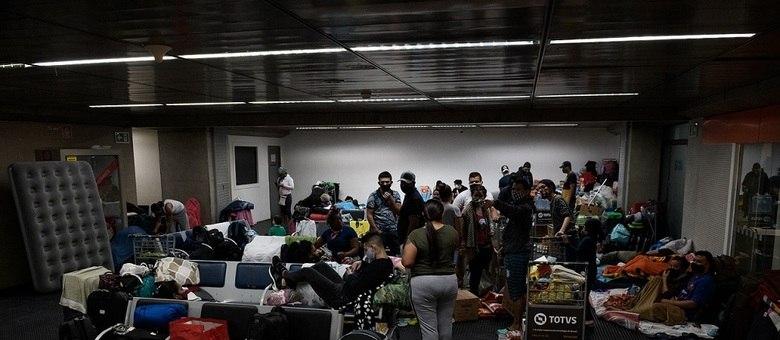 Imigrantes colombianos vistos no Aeroporto de Guarulhos neste sábado (23)