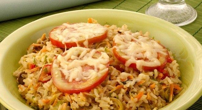 Coloque a soja em uma tigela, cubra com água e deixe descansar por 12 horas. Em uma panela, aqueça o azeite, em fogo médio, e refogue a cebola com o alho por 3 minutos. Acrescente o extrato de tomate, a soja escorrida, o caldo de legumes e o louro. Adicione 5 litros de água e cozinhe por 1 hora e 30 minutos ou até o soja ficar macia. Coloque a cenoura, o salsão, a batata, a mandioquinha e cozinhe por mais 10 minutos. Adicione a ervilha, a vagem e cozinhe por 5 minutos. Acerte o sal e a pimenta. Junte o repolho, o brócolis e cozinhe por mais 5 minutos. Coloque a couve, espere levantar fervura e desligue o fogo. Deixe tampado por 10 minutos. Transfira o ensopado para uma travessa e sirva polvilhado com salsa e queijo ralado.
