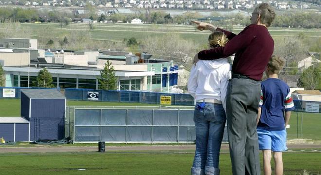 Pai mostra a escola secundária Columbine, no Colorado, para os filhos